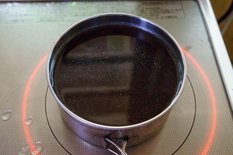 その間にスープも温めます