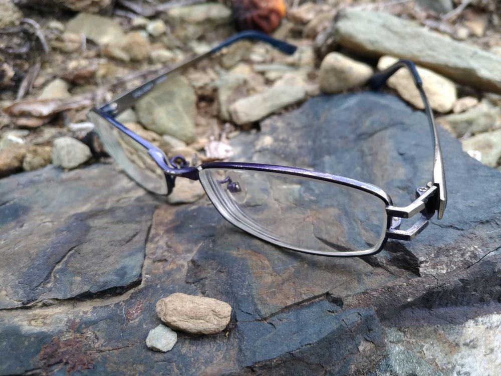 メガネに傷が付きやすい