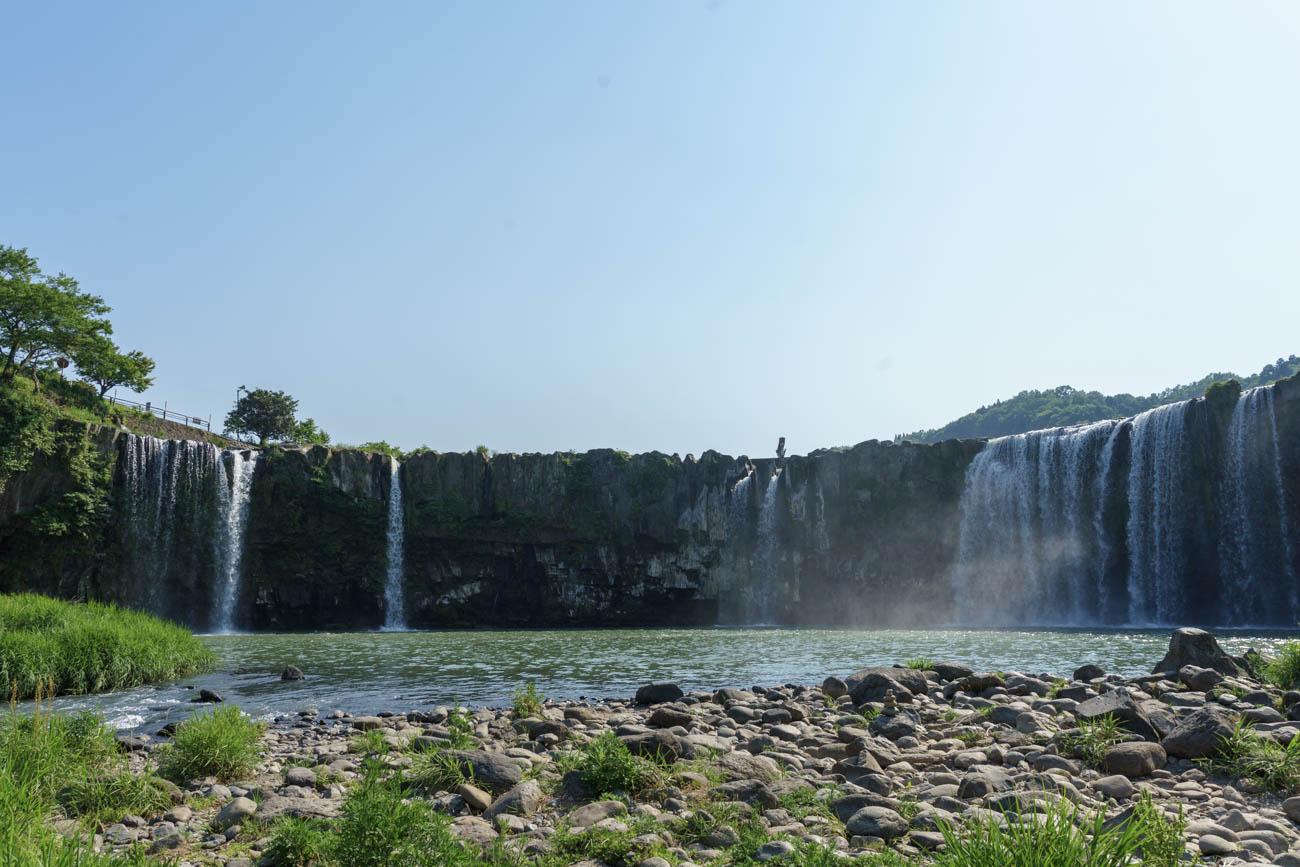 滝つぼから見る原尻の滝