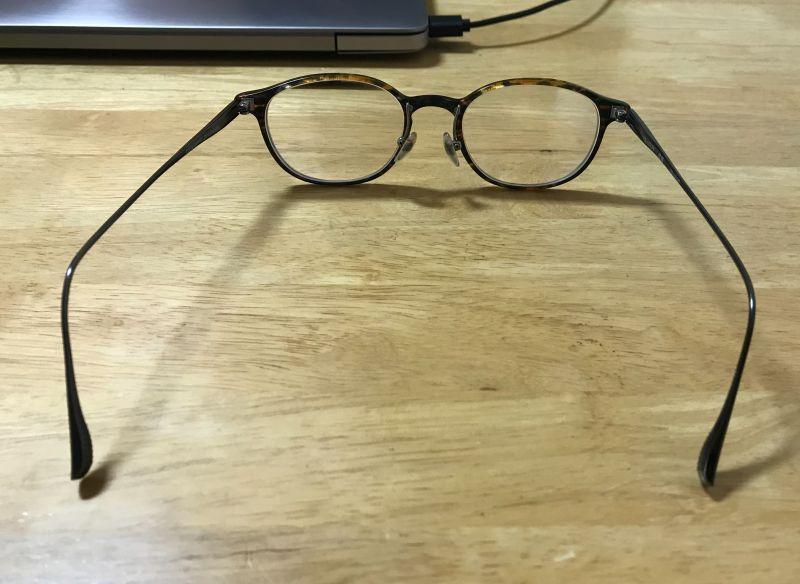 曲がったメガネ