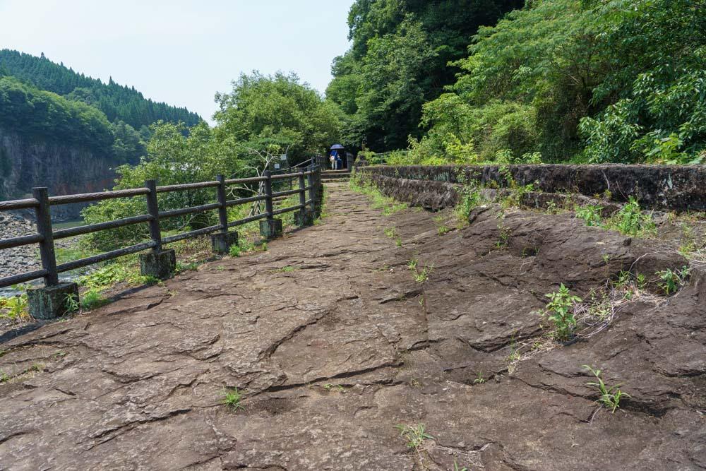 滝への遊歩道